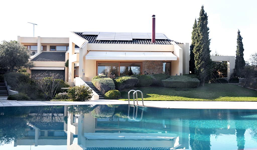 Unique Villa οn a great plot in Varkiza