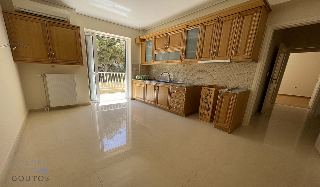 This amazing maisoentte is located in a quiet neighborhood, near Elliniko and very close to the Golf area and the sea. At the same time it is just a short distance away from this lively suburb's famous shopping center, with easy access to public transportation such as metro, bus and tram. Aside from that, Glyfada area offers a variety of lifestyle activities including amongst other water sport facilities, famous restaurants and bars and seaside night clubs.