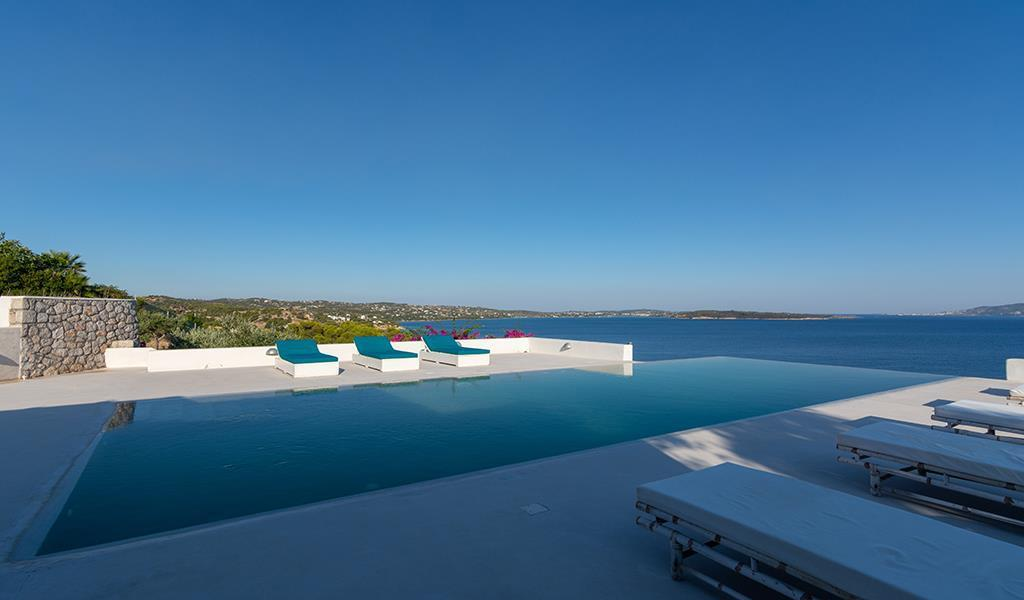 Villa Teal is located at the edge of a hill in Korakia